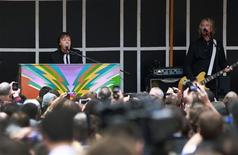 El ex Beatle Paul McCartney en un concierto sorpresa realizado en Times Square, Nueva York, oct 10 2013. El ex Beatle Paul McCartney realizó el jueves un mini concierto sorpresa en Times Square de Nueva York para deleitar a multitudes de trabajadores, turistas y fanáticos. REUTERS/Shannon Stapleton
