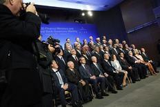 Los ministros de Finanzas y gobernadores de banco centrales del G-20 posan para una fotografía grupal en Washington, oct 11 2013. Altos funcionarios de las economías del G-20 hicieron un llamado el viernes a Estados Unidos para que actúe con urgencia respecto a las incertidumbres fiscales de corto plazo desatadas por una riña política en Washington. REUTERS/Jonathan Ernst