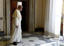 Le Vatican a retiré vendredi de la vente des milliers de médailles émises en prévision du premier anniversaire du pontificat du pape François après avoir réalisé que le nom de Jésus y était mal orthographié. /Photo prise le 11 octobre 2013/REUTERS/Vincenzo Pinto/Pool