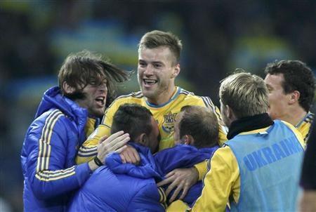 Ukraine's Andriy Yarmolenko (C) celebrates with his team mates after scoring a goal against Poland during their 2014 World Cup qualifying soccer match in Kharkiv October 11, 2013. REUTERS/Gleb Garanich