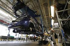 Employees work in the assembly line of the Peugeot 208 at the PSA-Peugeot Citroen plant in Poissy, near Paris, May 15, 2013. REUTERS/Gonzalo Fuentes