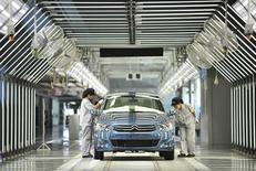 Dans l'usine d'assemblage de Wuhan, en Chine, de la coentreprise entre PSA et Dongfeng. PSA Peugeot Citroën prépare une augmentation de capital de trois milliards d'euros qui verrait l'Etat français et le chinois Dongfeng prendre chacun une participation substantielle dans le constructeur automobile, selon des sources proches du dossier. /Photo prise le 2 juillet 2013/REUTERS/China Daily