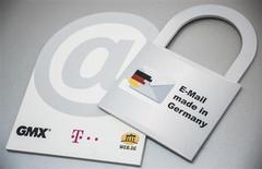 Deutsche Telekom, premier opérateur allemand de télécommunications, veut empêcher l'espionnage d'internet par des puissances étrangères en ne faisant transiter les échanges intérieurs que par des serveurs situés en Allemagne. /Photo prise le 9 août 2013/REUTERS/Thomas Peter