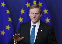 Le Premier ministre irlandais Enda Kenny. Selon le Fine Gael, le parti au pouvoir, l'Irlande deviendra à la mi-décembre le premier pays de la zone euro à s'affranchir du plan d'aide que lui ont accordé l'Union européenne, la Banque centrale européenne et le FMI. /Photo prise le 27 juin 2013/REUTERS/François Lenoir