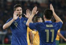 France's Olivier Giroud (L) celebrates with team mate France's Samir Nasri after he scored against Australia during their friendly soccer match at the Parc des Princes stadium in Paris, October 11, 2013. REUTERS/Charles Platiau
