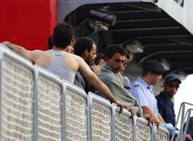 Imigrantes resgatados esperam para desembarcar do barco das Forças Armadas de Malta, ao chegar ao porto de Marsamxett, em Valeta, Malta. A Itália vai aumentar as patrulhas militares no sul do Mediterrâneo para tentar evitar repetições dos naufrágios que afogaram centenas de imigrantes africanos neste mês. 12/10/2013. REUTERS/Darrin Zammit Lupi
