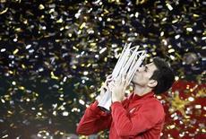 Tenista sérvio Novak Djokovic beija o troféu após vencer a final do Aberto de Xangai contra o argentino Martin Del Potro. O número 2 do mundo Novak Djokovic foi mágico para superar os golpes fortes do argentino Juan Martin Del Potro e defender o título do Masters de Xangai, neste domingo. 13/10/2013. REUTERS/Aly Song