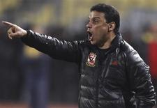 Treinador egípcio da equipe líbia Al Ahli Tripoli, Hossam Al Badri, gesticula durante partida contra o clube egípcio AC Leopards, em Alexandria, no Egito. Badri foi baleado na Líbia no sábado, horas depois do seu time empatar em uma partida do campeonato local. 23/02/2013. REUTERS/Amr Abdallah Dalsh