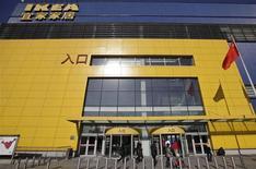 Ikea à Pékin. Le numéro un mondial de l'ameublement a accru ses ventes mondiales de 3,1% lors de son exercice 2012/2013 clos le 31 août. /Photo prise le 22 février 2013/REUTERS/Petar Kujundzic