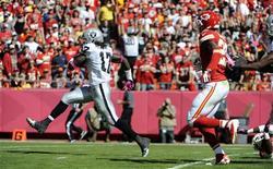 Les supporters des Chiefs (en rouge), l'équipe de football américain de Kansas City, ont établi dimanche un nouveau record de décibels dans leur enceinte de l'Arrowhead Stadium. /Photo prise le 13 octobre 2013/John Rieger