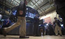 Wall Street débute en baisse lundi faute d'avancée à Washington pendant le week-end dans les négociations sur le budget et la dette. Le Dow Jones perd 0,65% dans les premiers échanges. Le Standard & Poor's 500 recule de 0,64% et le Nasdaq, de 0,6%. /Photo prise le 11 octobre 2013/REUTERS/Carlo Allegri