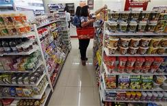 Unas personas de compras en una tienda en Pekín, oct 14 2013. La tasa de inflación al consumidor de China subió a un 3,1 por ciento en septiembre en una tasa anualizada, su máximo en siete meses, debido a que el mal tiempo hizo subir los precios de alimentos, lo que limita las posibilidades de que el banco central intervenga para apoyar la economía aún cuando las exportaciones mostraron una caída sorpresiva. REUTERS/Kim Kyung-Hoon
