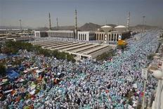 Muslim pilgrims gather near the Namera mosque on the plains of Arafat, near the holy city of Mecca October 14, 2013. REUTERS/Ibraheem Abu Mustafa