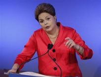 Presidente Dilma Rousseff discursa em seminário de investimentos, em Nova York. Dilma aproveitou evento em Minas Gerais nesta segunda-feira para garantir que a meta de inflação será cumprida neste ano e que o governo mantém o compromisso com o rigor fiscal e uma política cambial flexível. 25/09/2013. REUTERS/Chip East