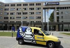 Michelin a enregistré en septembre une hausse de 2% du marché européen des pneumatiques de voitures et de camionnettes, marquant un léger rebond par rapport à août. /Photo prise le 10 juillet 2013/REUTERS/Régis Duvignau