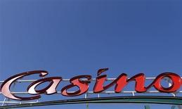 Casino a vu sa croissance s'accélérer au troisième trimestre grâce à une solide progression à l'international, tandis que le groupe a amélioré ses performances en France où il anticipe un prochain retour à une croissance positive. /Photo prise le 24 juillet 2013/REUTERS/Régis Duvignau