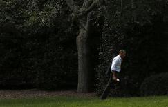 O presidente norte-americano, Barack Obama, caminha em direção ao Salão Oval da Casa Branca, nesta segunda-feira, em Washington. O presidente adiou uma reunião para discutir o progresso de um acordo para reabrir o governo e elevar o teto da dívida do país. 14/10/2013 REUTERS/Kevin Lamarque