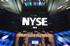 Логотип Нью-Йоркской фондовой биржи в Нью-Йорке 14 октября 2013 года. Фондовый рынок США завершил волатильную сессию понедельника скромным повышением: инвесторы не теряют надежды на выход властей из сложившегося политического тупика. REUTERS/Carlo Allegri