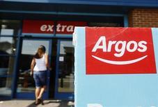 Вход в магазин Argos Extra в Эшфорде 1 мая 2013 года. Британский дискаунтер Argos вышел на сверхконкурентный рынок планшетных компьютеров с девайсом стоимостью 99.99 фунта стерлингов ($160), что на 19 фунтов дешевле, чем планшет британского ритейлера Tesco, представленный в сентябре. REUTERS/Luke MacGregor