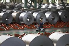 Рабочий на сталелитейном заводе в китайском городе Цаофэйдянь в провинции Хэбэй 11 октября 2013 года. Китай будет бороться с хронической проблемой перепроизводства в таких секторах, как сталелитейная промышленность и производство цемента, блокируя разрешения на новые проекты и совершенствуя рынок, говорится в программе, опубликованной Государственным советом во вторник. REUTERS/China Daily