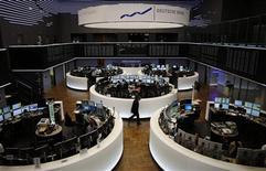 Un optimisme prudent quant à la capacité des parlementaires américains à éviter un défaut de paiement du pays soutient les Bourses européennes à la mi-journée. À Paris, le CAC 40 prenait 0,59% à 4.248,33 points vers 10h45 GMT. À Francfort, le Dax gagnait 0,79% tandis qu'à Londres, le FTSE avançait de 0,9%. /Photo prise le 15 octobre 2013/ REUTERS/Kai Pfaffenbach