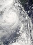 """Тайфун """"Випха"""" приближается к Китаю и Тайваню. Фотография со спутника NASA, сделанная 18 сентября 2007 года. На Японию движется редкий по силе тайфун, из-за чего в стране отменены авиарейсы, остановлено движение поездов и нарушены поставки нефти. REUTERS/NASA/Aqua Satellite/Handout"""