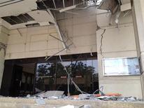 Поврежденное подземными толчками здание в городе Тагбиларан, провинция Бохоль, Филиппины 15 октября 2013 года. Как минимум 67 человек погибли в результате мощного землетрясения силой 7,2 балла на трех филиппинских островах, популярных среди иностранных туристов, сообщили местные чиновники. REUTERS/STRINGER