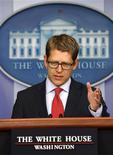 """El portavoz de la Casa Blanca, Jay Carney, en una rueda de prensa en la Casa Blanca en Washington, oct 15 2013. Carney dijo el martes que las negociaciones en el Senado para resolver el problema fiscal de Estados Unidos están progresando, pero destacó que todavía """"estamos lejos de un acuerdo"""". REUTERS/Jason Reed"""