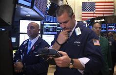 Les marchés d'actions américains ont fini en baisse mardi, les investisseurs restant sur la réserve faute d'avancée majeure à Washington dans le dossier de la dette et du budget. Le Dow Jones a perdu 0,87%, le Standard & Poor's 500 a cédé 0,71% et le Nasdaq a abandonné 0,56%. /Photo prise le 15 octobre 2013/REUTERS/Carlo Allegri