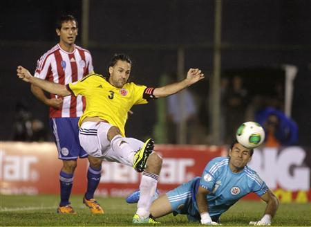 Colombia's Mario Yepes (C) kicks the ball to score a goal against Paraguay during a 2014 World Cup qualifying football match in Asuncion October 15, 2013. REUTERS/Jorge Adorno