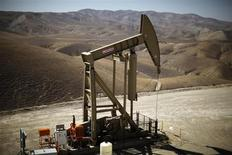 Нефтяной станок-качалка на месторождении Monterey Shale в Калифорнии 29 апреля 2013 года. Цены на нефть снижаются на фоне надежды, что Конгресс США вскоре договорится о повышении верхней границы госдолга и финансировании правительства. REUTERS/Lucy Nicholson