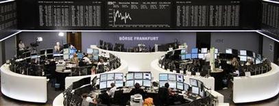 Les Bourses européennes évoluaient en baisse modérée mercredi à la mi-séance, sous le coup de l'inquiétude concernant l'impasse persistante à Washington au sujet du budget et du plafond de la dette. À Paris, le CAC 40 cédait 0,89% à 4.218,11 points vers 10h45 GMT. À Francfort, le Dax reculait de 0,2% et à Londres, le FTSE de 0,61%. /Photo prise le 16 octobre 2013/REUTERS/Amanda Andersen