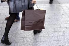 Vers 12h40, LVMH (-6,25%) accuse la plus forte baisse du CAC 40 après avoir annoncé une contre-performance de Vuitton qui pèse sur le profil de croissance et de rentabilité du groupe de luxe. A la même heure, le CAC 40 perd 0,89% à 4.218 points. /Photo prise le 24 septembre 2013 REUTERS/Philippe Wojazer