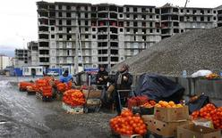 Женщины продают фрукты и орехи возле олимпийской стройплощадки в Адлере 18 февраля 2013 года. Потребительские цены в РФ выросли за период с 8 по 14 октября на 0,1 процента, как и неделей ранее, сообщил Росстат. REUTERS/Kai Pfaffenbach