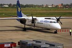 Самолет Lao Airlines стоит в аэропорту Вьентьяна 7 ноября 2011 года. Самолет упал в среду в реку Меконг на территории Лаоса, 39 человек погибли, сообщили СМИ. REUTERS/Martin Petty
