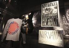 """Memorabilia rara e instrumentos musicais de Kurt Cobain na exposição """"Nirvana: Lavando Punk para as Massas"""", em Seattle. A banda de rock alternativo Nirvana, os cantores Linda Ronstadt e Cat Stevens, e a dupla pop Hall e Oates são os principais indicados de 2014 para o Hall da Fama do Rock and Roll, anunciou nesta quarta-feira a fundação que dirige o museu musical. 15/10/2011. REUTERS/Anthony Bolante"""
