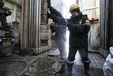 Работники Роснефти на скважине №9 Ванкорского месторождения в Красноярском крае 14 апреля 2010 года. Роснефть обнародовала ряд подробностей своих планов добычи трудноизвлекаемой нефти в РФ, из которых следует, что поддерживаемая правительством программа даст госкомпании к 2020 году дополнительно чуть более 3 процентов от нынешнего объёма производства сырья. REUTERS/Ilya Naymushin