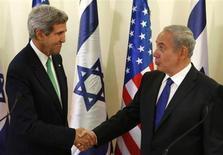 وزير الخارجية الامريكي جون كيري يصافح رئيس الوزراء الاسرائيلي بنيامين نتنياهو (إلى اليمين) في القدس يوم 15 سبتمبر ايلول 2013 - رويترز