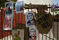 Cartazes com desenhos do presidente norte-americano Barack Obama são vistos em Phoenix, no Arizona. Obama aprovou o acordo fechado no Senado nesta quarta-feira para evitar um calote da dívida e encerrar a paralisação do governo, e deseja que o Congresso aprove logo a medida, disse a Casa Branca. 14/10/2013 REUTERS/Joshua Lott