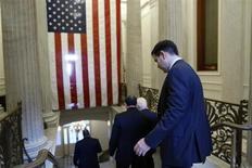 Senadores deixam o Capitólio norte-americano após uma convenção política do Senado Republicano, em Whatshington. Senado dos Estados Unidos provavelmente votará nesta quarta-feira uma legislação para aumentar o limite de endividamento do país e financiar as agências governamentais, disse um assessor da liderança democrata no Senado. 16/10/2013 REUTERS/Jonathan Ernst