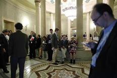 Periodistas se congregan a la espera del resultado de una reunión entre legisladores republicanos en el Capitolio para analizar el reciente acuerdo fiscal alcanzado en el Senado de Estados Unidos. Octubre 16, 2013. REUTERS/Jonathan Ernst.