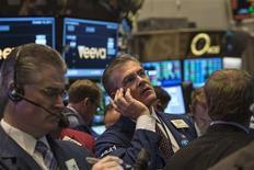 La Bourse de New York a fini en hausse mercredi après l'annonce d'un compromis au Congrès ouvrant la voie à une réouverture des administrations fédérales et un relèvement du plafond de la dette publique, écartant ainsi la menace d'un défaut. Le Standard & Poor's 500 a pris 1,38%, le Dow Jones 1,36% et le Nasdaq Composite 1,2%. /Photo prise le 16 octobre 2013/REUTERS/Brendan McDermid