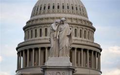 Вид на купол Капитолия в Вашингтоне 15 октября 2013 года. Республиканцы и демократы в Конгрессе США одобрили в среду соглашение о федеральном бюджете и ликвидировали угрозу дефолта крупнейшей экономики мира, угрожавшего финансовыми потрясениями всей планете. REUTERS/Joshua Roberts