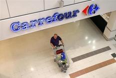 Покупатель с тележкой в гипермаркете Carrefour под Парижем 29 августа 2013 года. Продажи в супермаркетах Carrefour во Франции возобновили рост в третьем квартале, убеждая инвесторов в способности исполнительного директора Жоржа Пласса оздоровить бизнес второй по величине в мире розничной сети. REUTERS/Charles Platiau