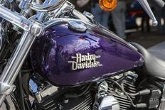 Логотип Harley-Davidson на мотоцикле в музее компании в Милуоки, Висконсин 31 августа 2013 года. Легендарный американский производитель мотоциклов Harley-Davidson Inc отзовет более 29.000 байков, выпущенных в 2014 году, из-за проблем с гидравлической системой сцепления. REUTERS/Sara Stathas
