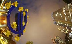"""Символ валюты евро у здания ЕЦБ во Франкфурте-на-Майне 2 сентября 2013 года. Европейский центробанк на следующей неделе расскажет, как будет проверять устойчивость ведущих банков еврозоны, что станет важнейшим этапом в восстановлении доверия к финансовой системе после провала двух предыдущих европейских """"стресс-тестов"""". REUTERS/Kai Pfaffenbach"""