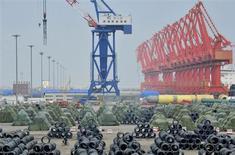 Рулоны стали, которые будут оптравлены на экспорт, в порту Инкоу в китайской провинции Ляонин 9 августа 2013 года. Экспортеров Китая ожидают сложные времена, так как спрос развивающихся рынков замедляется, предупредило в четверг министерство экономики Китая после выхода данных, показавших резкое снижение продаж в Юго-Восточную Азию в сентябре. REUTERS/Stringer