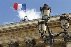 """La Bourse de Paris est orientée à la baisse à la mi-journée, les investisseurs se focalisant sur l'actualité propre aux sociétés et s'interrogeant sur les effets sur l'économie du """"shutdown"""" de plusieurs jours aux Etats-Unis après l'accord conclu entre démocrates et républicains sur le budget et le plafond de la dette. Vers 13h, l'indice CAC 40 cède 0,23%. /Photo d'archives/REUTERS/Charles Platiau"""
