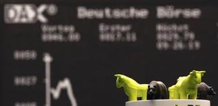 """Les Bourses européennes restent orientées en légère baisse jeudi vers la mi-séance, les marchés """"vendant la nouvelle"""" d'un accord à Washington entre démocrates et républicains sur le budget et le plafond de la dette, après avoir """"acheté la rumeur"""". Vers 13h10, l'indice CAC 40 cède 0,26% à Paris, le Dax perd 0,41% à Francfort et le FTSE recule de 0,12% à Londres. /Photo prise le 17 octobre 2013/REUTERS/Kai Pfaffenbach"""