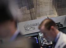 Goldman Sachs à suivre à la Bourse de New York. Le groupe a publié jeudi un bénéfice trimestriel en baisse de 2% sur un an, conséquence du recul marqué des volumes de trading obligataire, sa principale activité. Le titre perdait 1,7% en avant-Bourse. /Photo prise le 21 mars 2013/REUTERS/Brendan McDermid